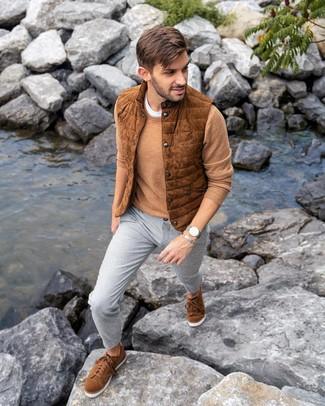 Cómo combinar: chaleco de abrigo de ante en tabaco, jersey con cuello circular marrón claro, camiseta con cuello circular blanca, pantalón chino gris