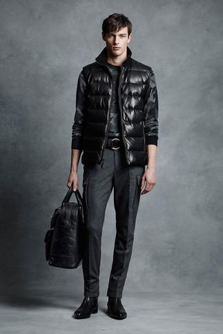 Cómo combinar: chaleco de abrigo negro, jersey con cuello circular de camuflaje en gris oscuro, pantalón de vestir de lana en gris oscuro, botines chelsea de cuero negros