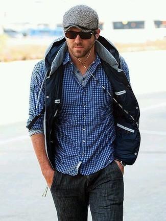 Look de Ryan Reynolds: Chaleco de Abrigo Gris, Jersey con Cuello Henley Gris, Camisa de Manga Larga de Cuadro Vichy Azul, Vaqueros en Gris Oscuro