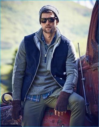 Cómo combinar: chaleco de abrigo azul marino, jersey de cuello alto con cremallera gris, camisa de manga larga de tartán azul, camiseta con cuello circular gris