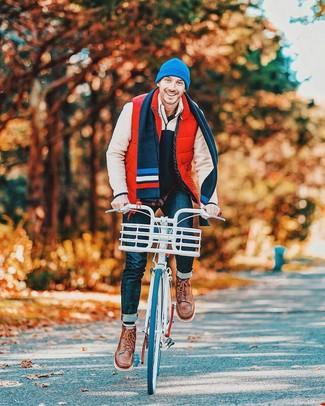 Cómo combinar: chaleco de abrigo acolchado rojo, jersey de cuello alto con cremallera de forro polar en beige, camisa de manga larga azul marino, vaqueros azul marino