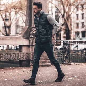 Cómo combinar: chaleco de abrigo negro, jersey de cuello alto con cremallera gris, vaqueros pitillo azul marino, botas formales de ante negras