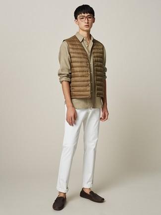 Cómo combinar: chaleco de abrigo marrón claro, camisa de manga larga marrón claro, pantalón chino blanco, mocasín de cuero en marrón oscuro