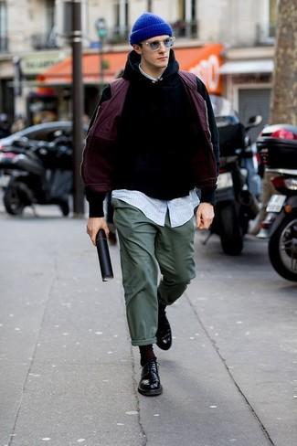Cómo combinar: chaleco de abrigo morado, sudadera con capucha negra, camisa de manga larga de rayas verticales celeste, pantalón chino verde oscuro
