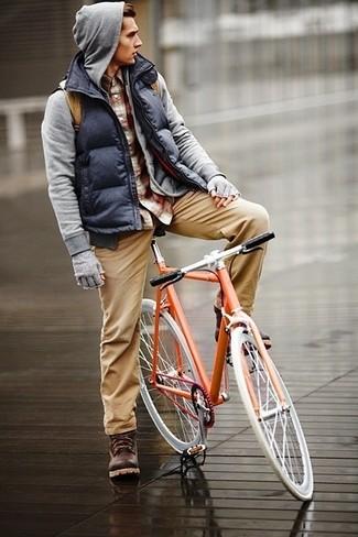 Cómo combinar: chaleco de abrigo acolchado azul marino, sudadera con capucha gris, camisa de manga larga de tartán burdeos, pantalón chino marrón claro