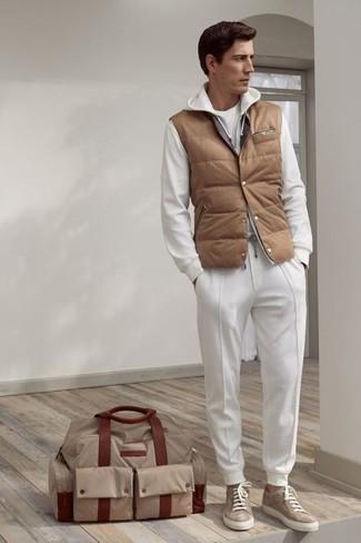 Cómo combinar: chaleco de abrigo acolchado marrón claro, sudadera con capucha blanca, camiseta con cuello circular blanca, pantalón de chándal blanco