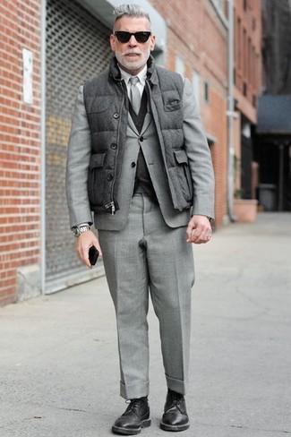 Cómo combinar: chaleco de abrigo acolchado gris, traje gris, chaleco de vestir en gris oscuro, camisa de vestir blanca