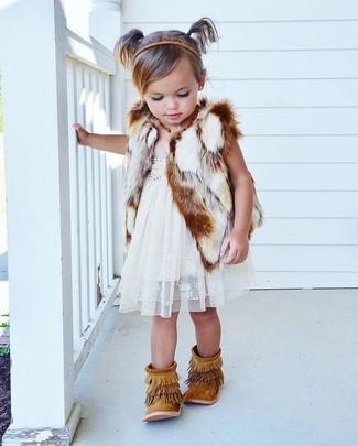 Cómo combinar: chaleco de pelo blanco, vestido de encaje blanco, botas de ante сon flecos marrón claro