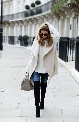 Cómo combinar: chaleco de piel de oveja en beige, jersey oversized de punto blanco, vaqueros azules, botas sobre la rodilla de ante negras