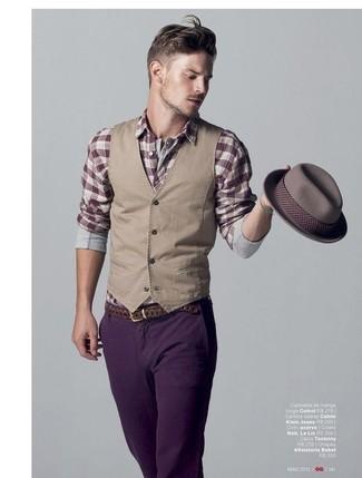Cómo combinar: chaleco de vestir marrón claro, camisa de manga larga de tartán burdeos, vaqueros en violeta, sombrero gris