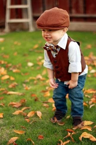 Cómo combinar: chaleco de vestir marrón, camisa de manga larga blanca, vaqueros azules, sandalias en marrón oscuro