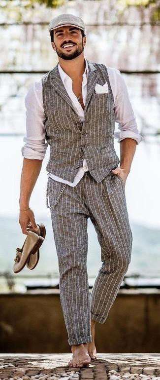 Cómo combinar: chaleco de vestir de rayas verticales gris, camisa de vestir blanca, pantalón de vestir de rayas verticales gris, mocasín con borlas de ante marrón claro