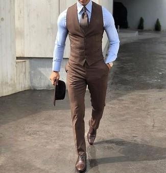 Cómo combinar: chaleco de vestir marrón, camisa de vestir celeste, pantalón de vestir marrón, zapatos oxford de cuero marrónes