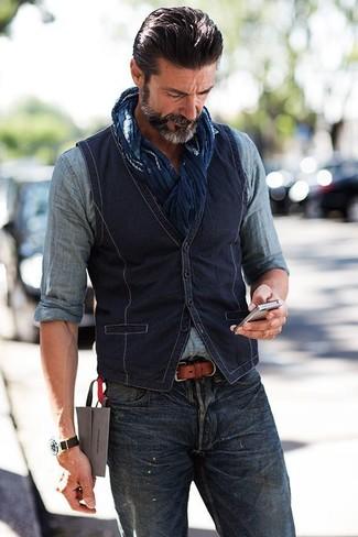 Cómo combinar: chaleco de vestir de algodón azul marino, camisa vaquera gris, vaqueros azul marino, bufanda de algodón azul marino