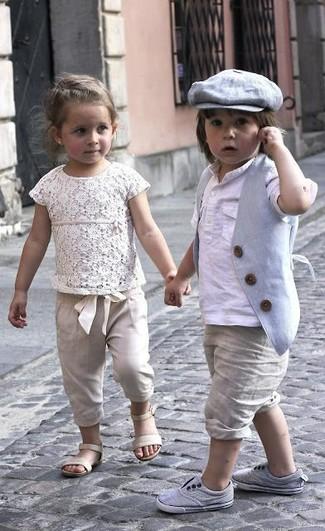 Cómo combinar: chaleco de vestir gris, camiseta de manga larga blanca, pantalones cortos en beige, zapatillas grises