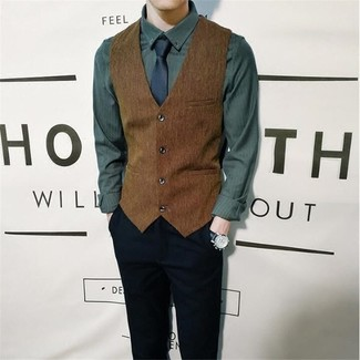 Cómo combinar: chaleco de vestir marrón, camisa de manga larga verde oscuro, pantalón chino negro, corbata azul marino