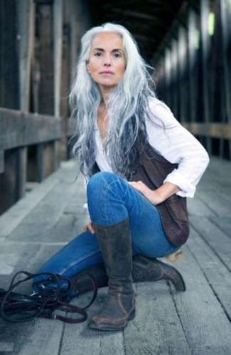 Cómo combinar: chaleco de cuero en gris oscuro, camisa de vestir blanca, vaqueros pitillo azules, botas a media pierna de cuero en gris oscuro