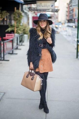 Cómo combinar: chaleco de pelo negro, jersey de cuello alto negro, falda con botones de ante marrón claro, botas sobre la rodilla de ante negras
