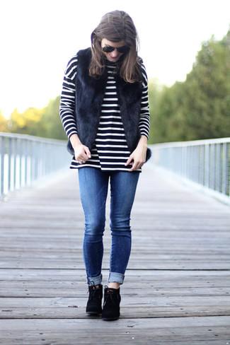 Cómo combinar: chaleco de pelo negro, jersey de cuello alto de rayas horizontales en negro y blanco, vaqueros pitillo azules, botines con cordones de ante negros