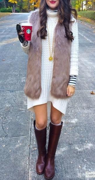 Cómo combinar: chaleco de pelo marrón, jersey de cuello alto de rayas horizontales en blanco y negro, vestido jersey de punto blanco, botas de caña alta de cuero burdeos