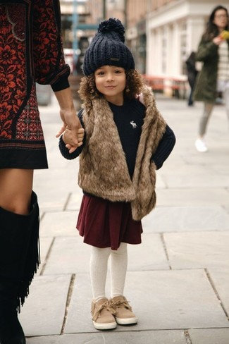 Cómo combinar: chaleco de pelo marrón, jersey negro, falda burdeos, zapatillas marrón claro