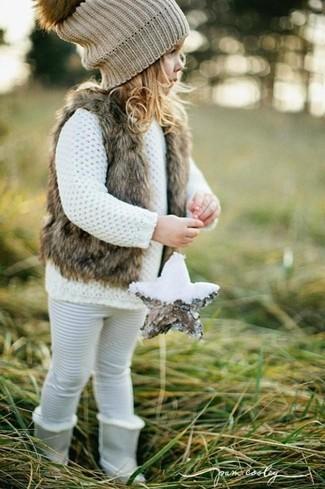 Cómo combinar: chaleco de pelo marrón, jersey blanco, leggings blancos, botas grises