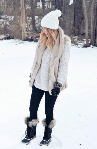 Cómo combinar: chaleco de pelo en beige, jersey oversized de punto blanco, vaqueros pitillo negros, botas para la nieve negras