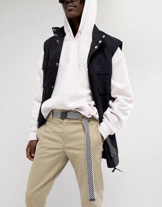 Cómo combinar: chaleco vaquero negro, sudadera con capucha blanca, pantalón chino en beige, correa de lona en negro y blanco
