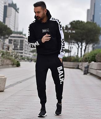 Cómo combinar: chándal en negro y blanco, deportivas negras