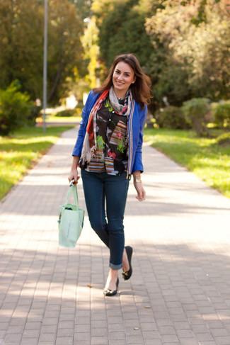 Cómo combinar: chaqueta abierta de cuero azul, blusa de botones con print de flores negra, vaqueros pitillo azul marino, bailarinas de cuero negras