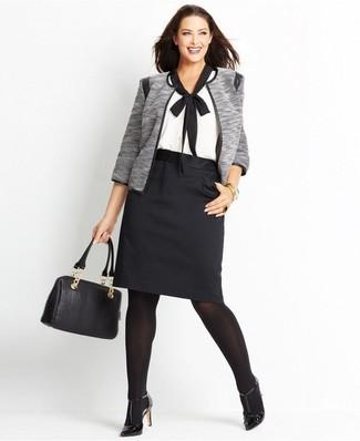 Cómo combinar: chaqueta abierta gris, blusa de manga corta en blanco y negro, falda lápiz negra, zapatos de tacón de cuero negros