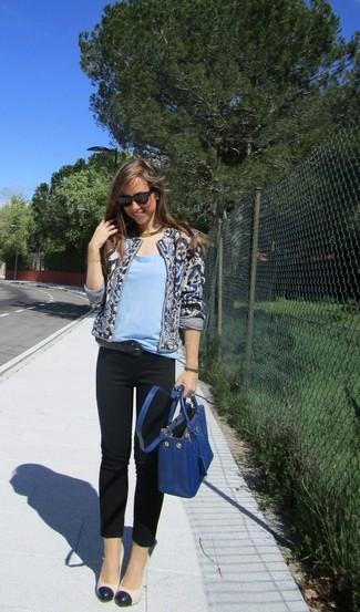 Cómo combinar: chaqueta abierta estampada azul marino, camiseta con cuello circular celeste, pantalones pitillo negros, zapatos de tacón de cuero en blanco y negro