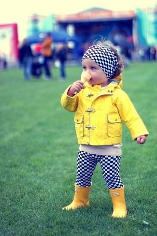 Cómo combinar: chaqueta amarilla, leggings a cuadros en negro y blanco, botas de lluvia amarillas, cinta para la cabeza a cuadros en negro y blanco