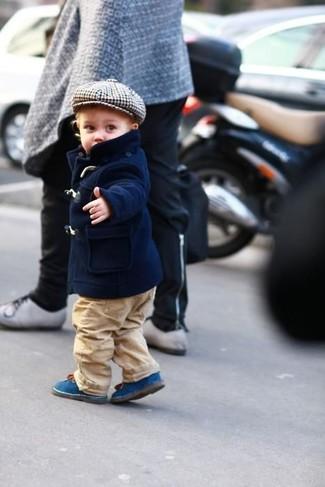 Cómo combinar: chaqueta azul marino, pantalones marrón claro, botas azules