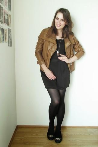 Considera emparejar una chaqueta de cuero tabaco con una minifalda negra para una vestimenta cómoda que queda muy bien junta. Bailarinas de cuero negras darán un toque desenfadado al conjunto.