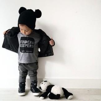 Cómo combinar: chaqueta de cuero negra, camiseta gris, pantalón de chándal en gris oscuro, zapatillas negras