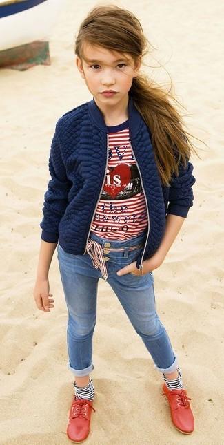 Cómo combinar: chaqueta acolchada azul marino, camiseta de rayas horizontales en blanco y rojo, vaqueros azules, zapatos oxford rojos