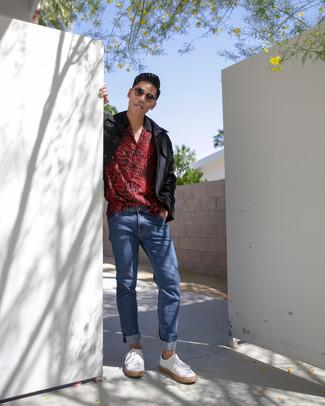 Cómo combinar: chaqueta campo negra, camisa de manga corta de leopardo roja, vaqueros azules, tenis de cuero blancos