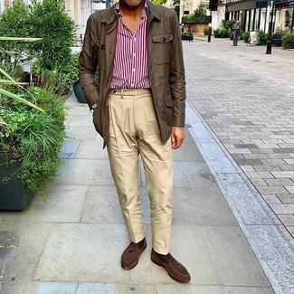 Cómo combinar: chaqueta campo en marrón oscuro, camisa de manga larga de rayas verticales en blanco y rojo, pantalón chino en beige, mocasín con borlas de ante en marrón oscuro
