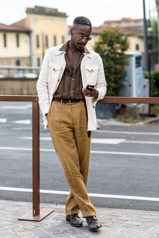 Cómo combinar: chaqueta campo blanca, camisa de manga larga de rayas verticales marrón, pantalón de vestir de lino marrón claro, zapatos derby de cuero en marrón oscuro