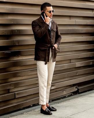 Cómo combinar: chaqueta campo de lino en marrón oscuro, camisa de manga larga blanca, pantalón de vestir de lino en beige, mocasín con borlas de cuero negro