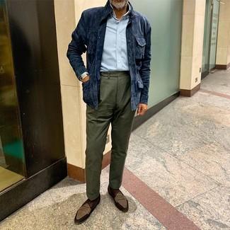 Cómo combinar: chaqueta campo de ante azul marino, camisa de manga larga celeste, pantalón de vestir verde oscuro, mocasín de ante marrón