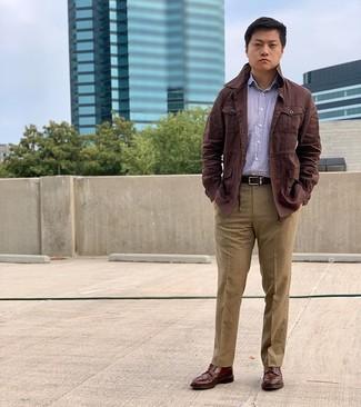 Cómo combinar: chaqueta campo de lino en marrón oscuro, camisa de manga larga de rayas verticales morado, pantalón de vestir marrón claro, botas brogue de cuero marrónes