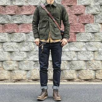 Cómo combinar: chaqueta campo verde oliva, camisa de manga larga de tartán amarilla, vaqueros azul marino, botas de trabajo de cuero en marrón oscuro