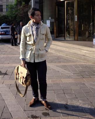 Cómo combinar: chaqueta campo en beige, camisa de manga larga celeste, vaqueros azul marino, mocasín de ante marrón