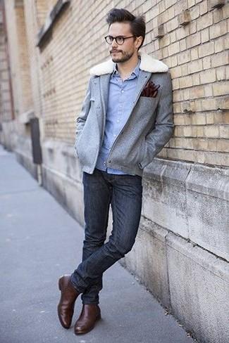 Cómo combinar: chaqueta campo de lana gris, camisa de manga larga de cambray celeste, vaqueros pitillo negros, botines chelsea de cuero marrónes