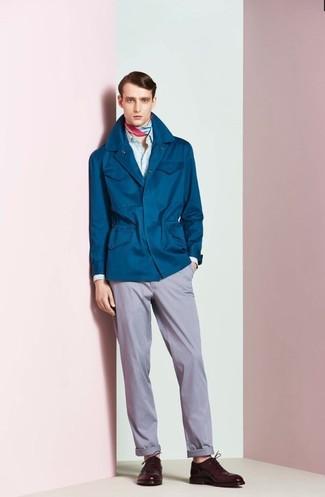 Cómo combinar: chaqueta campo en verde azulado, camisa de vestir estampada celeste, pantalón chino gris, zapatos oxford de cuero burdeos