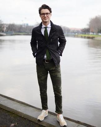Cómo combinar: chaqueta campo negra, camisa de vestir blanca, pantalón chino de camuflaje verde oscuro, tenis en beige