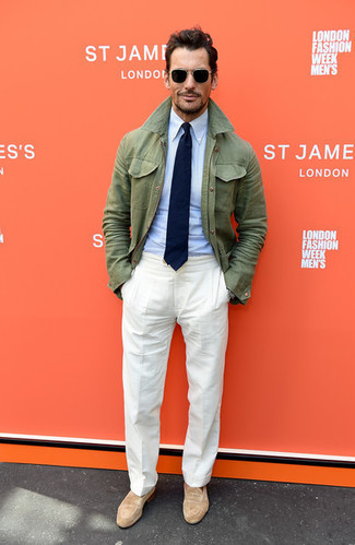 Cómo combinar: chaqueta campo verde oliva, camisa de vestir celeste, pantalón de vestir de lino blanco, mocasín de ante marrón claro