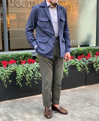 Cómo combinar: chaqueta campo de lino azul marino, camisa polo gris, pantalón chino verde oliva, mocasín de cuero marrón